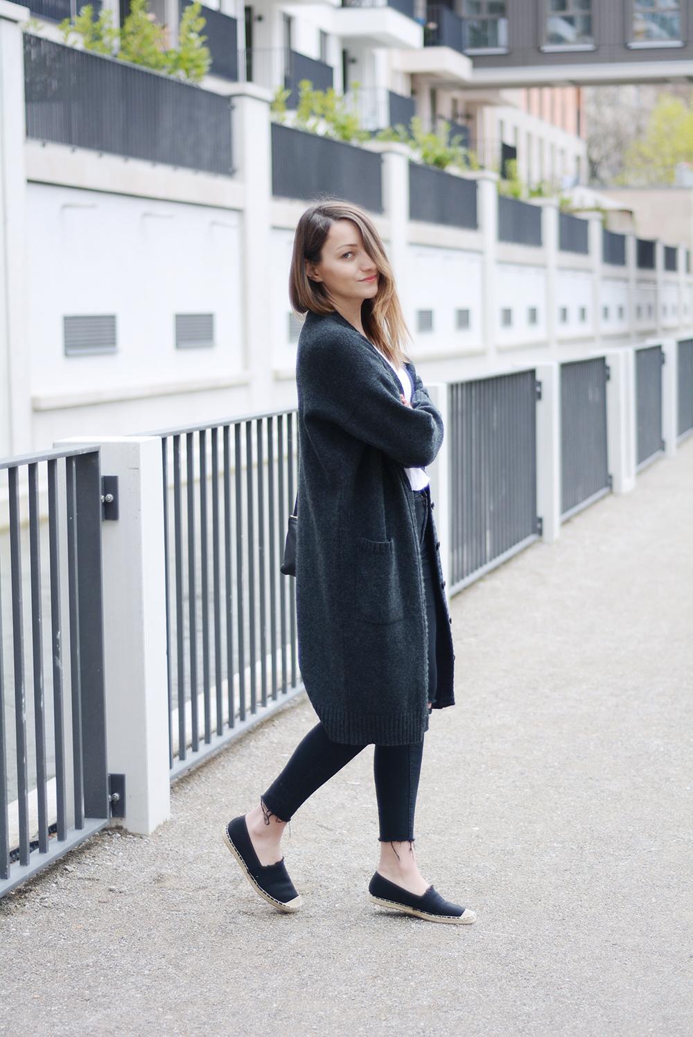 Luxus bester Platz weit verbreitet Antonia von amazed trägt einen Cardigan von Hess Natur