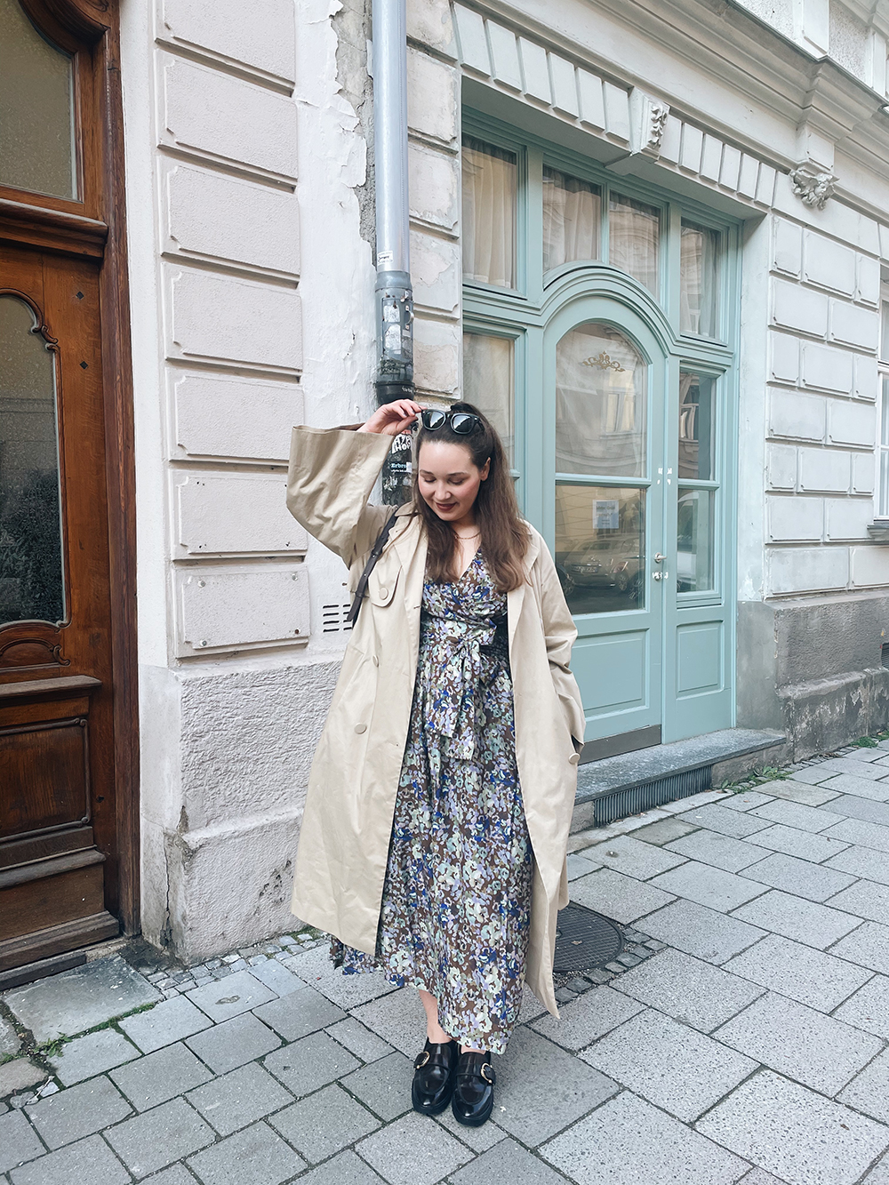 Outfit Blumenkleid Trenchcoat
